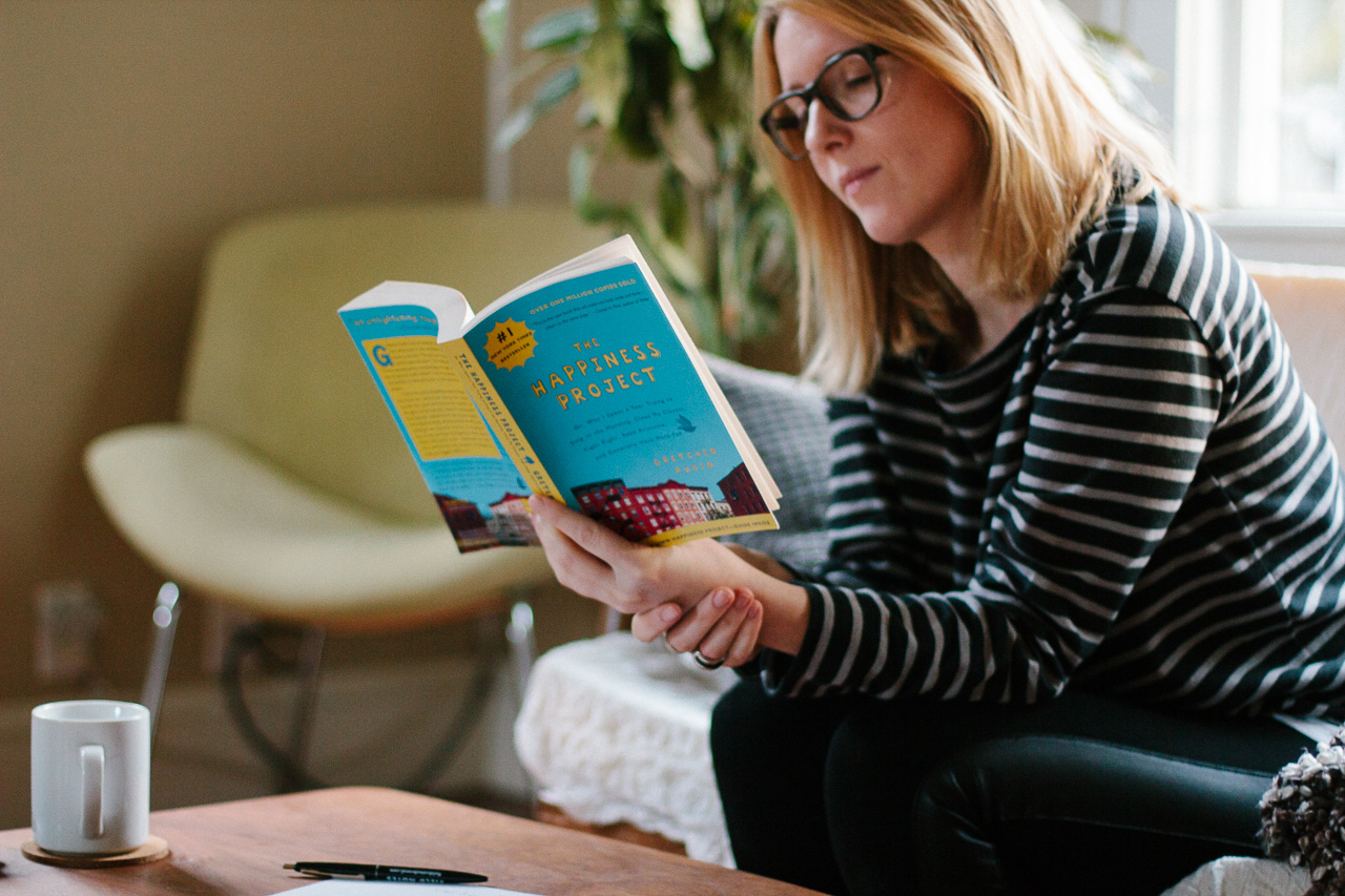 Chloé reading The Happiness Project by Gretchen Rubin by Conscious by Chloé